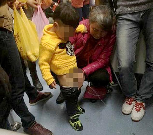 Al bambino gli scappa, la nonna in metro fra tanta gente...
