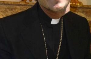 Perugia, don Giorgio benedice smartphone e tablet a messa