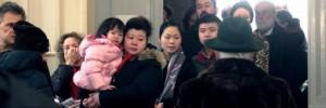 Guarda la versione ingrandita di Primarie Pd con cinesi in coda a votare