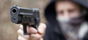 "Genova, pistola puntata al viso: ""Fratello dammi soldi o..."""