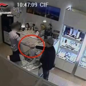 Guarda la versione ingrandita di Rapinò gioielliere con stretta di mano: evaso da ospedale