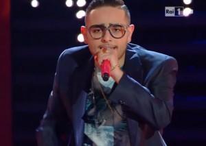"""Sanremo, Rocco Hunt canta """"Tu vuo' fa' l'americano"""" VIDEO"""