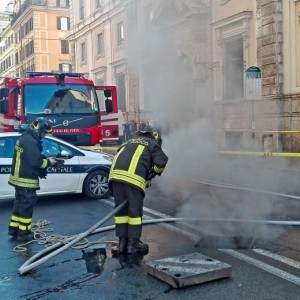 YOUTUBE Roma corso Vittorio: fumo da tombino, tilt in centro