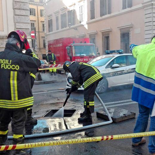 YOUTUBE Roma corso Vittorio: fumo da tombino, tilt in centro4