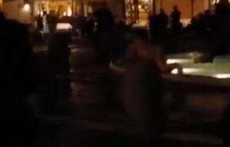 Roma, si tuffa nudo nella fontana di piazza Navona 3