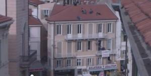 Guarda la versione ingrandita di Sanremo: sul tetto vicino Ariston, minaccia buttarsi (un'immagine dal video=