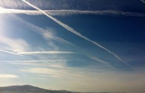"""L'Aquila, Comune discute: """"Chiarezza su scie chimiche"""" (foto Ansa)"""