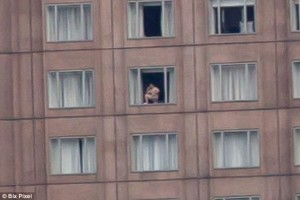 Guarda la versione ingrandita di Foto di Shanghai da 25 miliardi di pixel ingrandita miliardi di volte: quel puntino è un uomo alla finestra che parla al telefonino