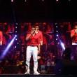 YOUTUBE Sonu Nigam, star Bollywood canta in aereo 8