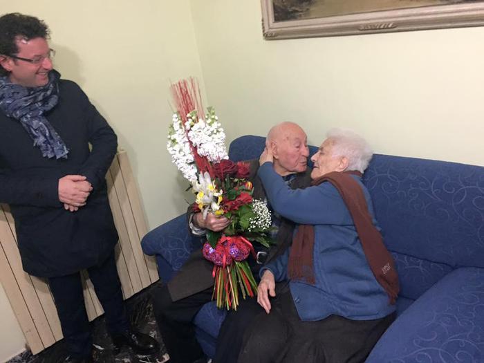 94 lui, 91 lei. La coppia ha celebrato, sebbene con qualche mese d'anticipo, ben 73 anni di matrimonio , circondata dai sei figli
