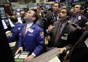 Guarda la versione ingrandita di Borsa crolla: colpa di avvoltoi ribassisti non di dati reali (AP Photo/Richard Drew, file)