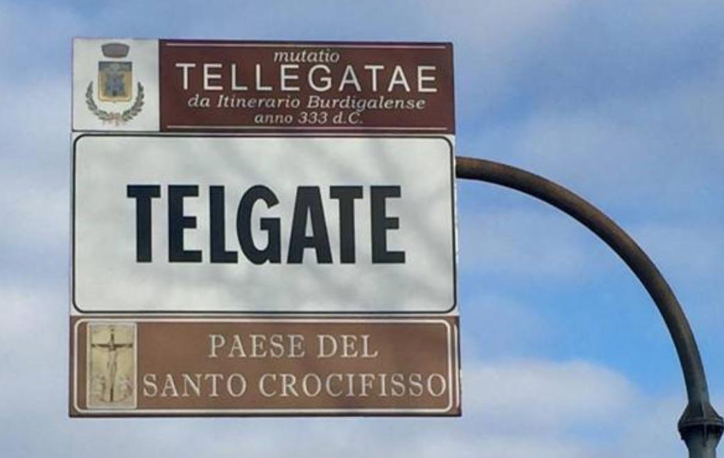"""Telgate """"paese del Crocifisso"""": cartello del sindaco leghista"""
