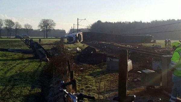 Olanda, Dalfsen: treno deraglia a passaggio a livello FOTO4