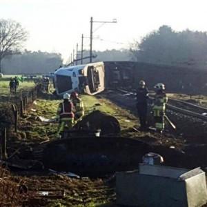 Olanda, Dalfsen: treno deraglia a passaggio a livello FOTO