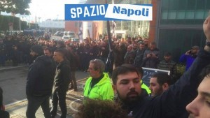 Napoli, ultras in massa a Capodichino: fumogeni YOUTUBE