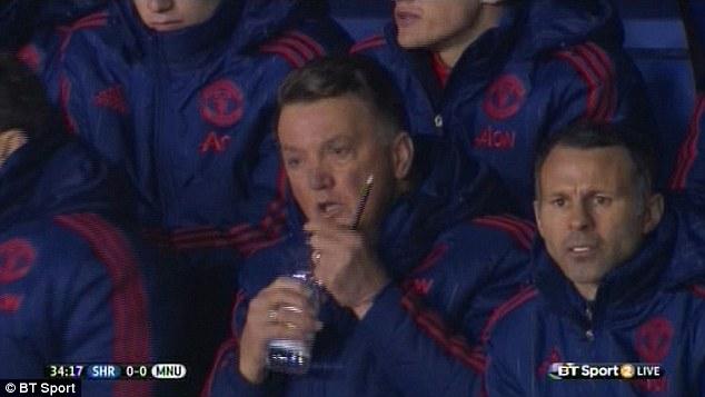 YOUTUBE Louis Van Gaal beve acqua dalla bottiglietta ma...4