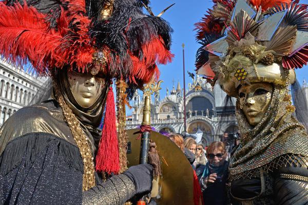 Due persone mascherate in occasione del volo dell'Angelo del Carnevale, in piazza San Marco