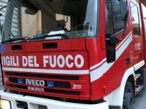 Torre annunziata, brucia edificio: agenti salvano 4 persone