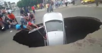 VIDEO Voragine di 5 metri si apre e inghiotte famiglia