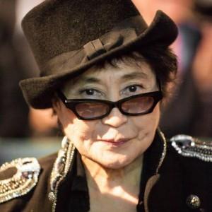 Guarda la versione ingrandita di Paura per Yoko Ono in ospedale: ictus? No, solo influenza (Foto Ansa)