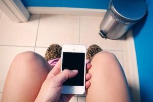 Smartphone al bagno? Pessima idea. Ecco perché...