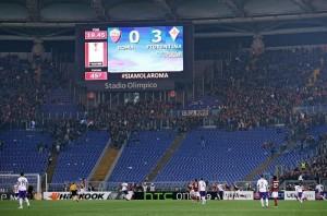 Guarda la versione ingrandita di Roma-Lazio senza ultrà giallorossi. La Curva Sud nella foto Ansa