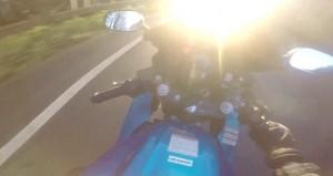 Accecato dal sole in moto, non vede l'auto3