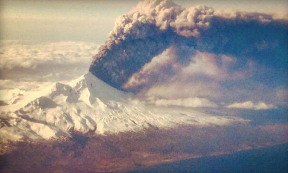 Alaska, eruzione vulcano Pavlof vista dall'aereo3