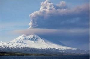 Alaska, eruzione vulcano Pavlof vista dall'aereo2