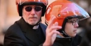"""Scooterino Amen"""" prete arriva a casa e benedice4"""