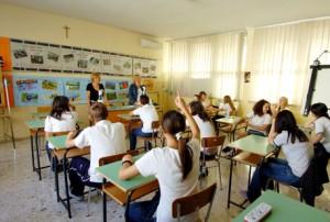 Guarda la versione ingrandita di Un'insegnante durante una lezione in classe in una foto d'archivio. ANSA/ MARIO DE RENZIS