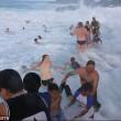 Australia, onda gigante travolge bagnanti7