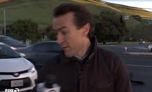 Auto fuori strada, reporter salvo per un pelo