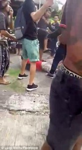 Bali, scippatore picchiato in strada dai passanti8