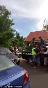 YOUTUBE Bali, scippatore picchiato in strada dai passanti