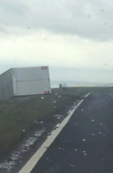 Camion si ribalta in autostrada per colpa del vento2