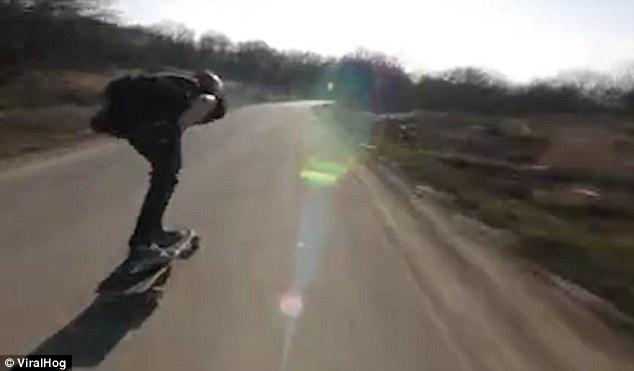 Con skate a tutta velocità, arriva un'auto2