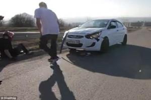Con skate a tutta velocità, arriva un'auto
