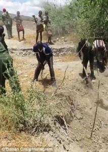 Guarda la versione ingrandita di Elefante in pozza fango: abitanti villaggio lo salvano VIDEO