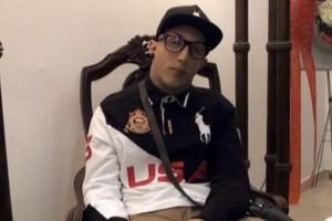 Fernando al suo funerale: seduto, occhi aperti, sigaretta