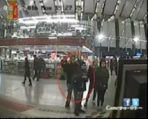 Roma, paura sulla metro A: giovane con fucile sui binari