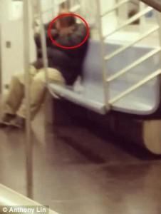 YOUTUBE New York, topo su collo di uomo che dorme in metro