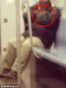 YOUTUBE New York, topo su collo di uomo che dorme in metro4