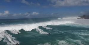 YOUTUBE Onda gigante, moto d'acqua costrette alla fuga