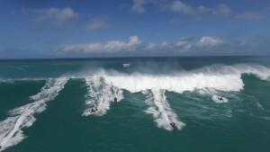 Onda gigante, moto d'acqua costrette alla fuga4