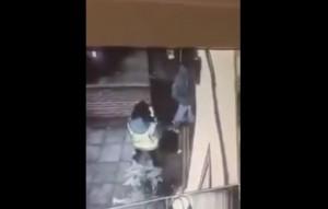YOUTUBE Apre la porta a ragazza ed entrano i ladri