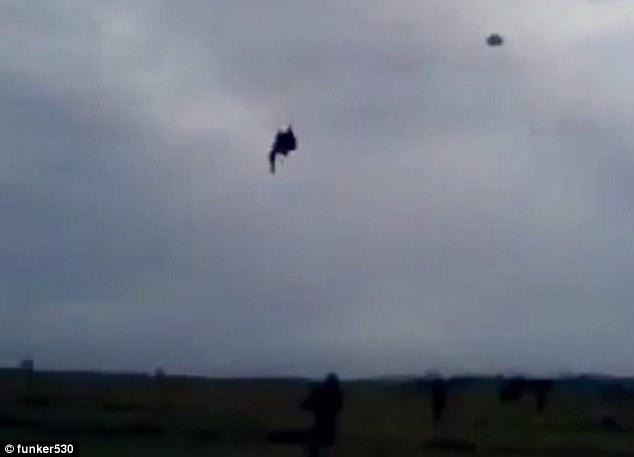 Paracadutisti incastrati: uno dei due si sgancia5