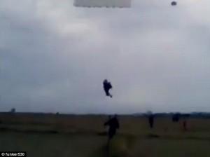YOUTUBE Paracadutisti incastrati: uno dei due si sgancia e..