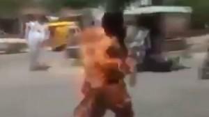 YOUTUBE Prende fuoco cellulare in tasca, avvolto da fiamme