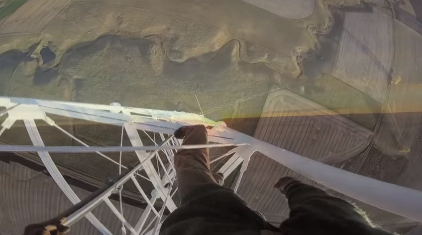 YOUTUBE Scala torre radio di 457 metri e...senza protezioni